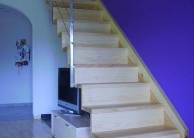 Escalier en bois clair avec rampe en métal