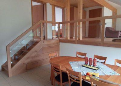 Escalier en bois avec rampe en bois-verre et tiroirs