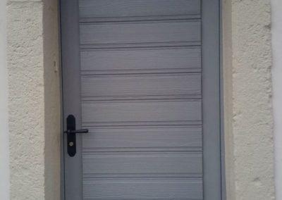 Porte extérieure en bois massif peinte en grise