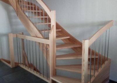Escaliers en bois clairs